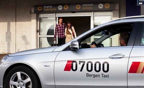personer som går inn i en taxi fra 07000