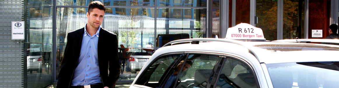 mann som går inn i en taxi